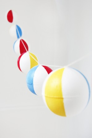 DIY-Pool-Party-Beach-Ball-Garland-297x445